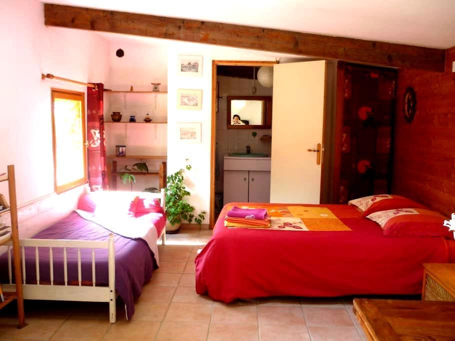 """Chambre d'hôtes """"Les mésanges"""" face à la montagne - Midi-Pyrénées - Bed & Breakfast"""