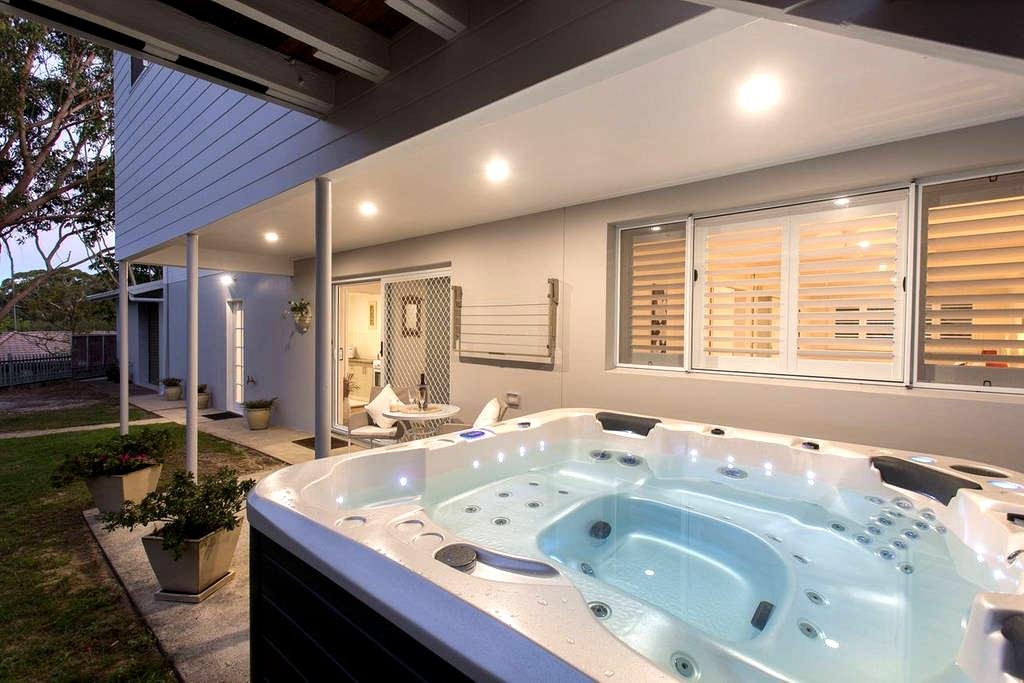 Spacious, private S/Cont, Spa, Wifi, B/fast - Nelson Bay