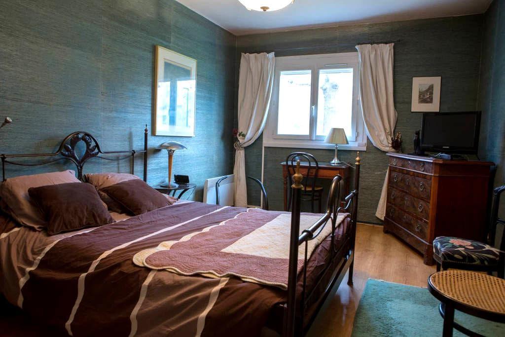 Rez de jardin avec terrasse - Dardilly - 家庭式旅館