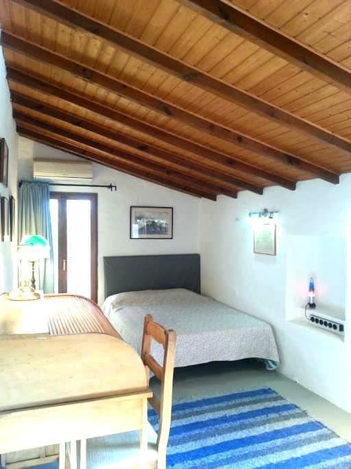 SPACIOUS ROOM IN COUNTRY HOUSE - La Nucia - Penzion (B&B)