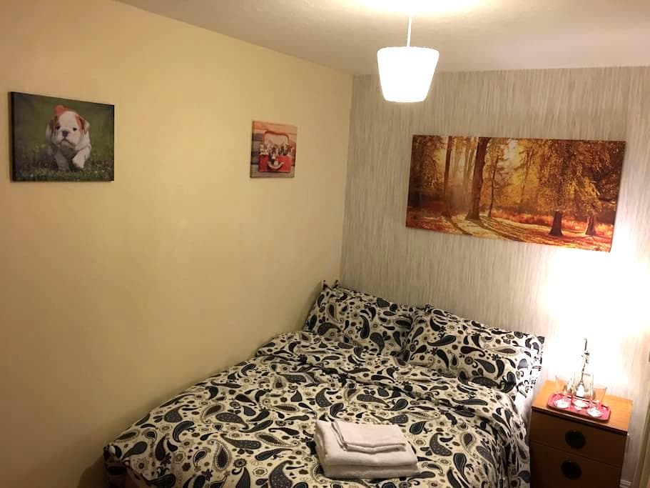A Sweet Double Sized Bed - Manchester - Bed & Breakfast