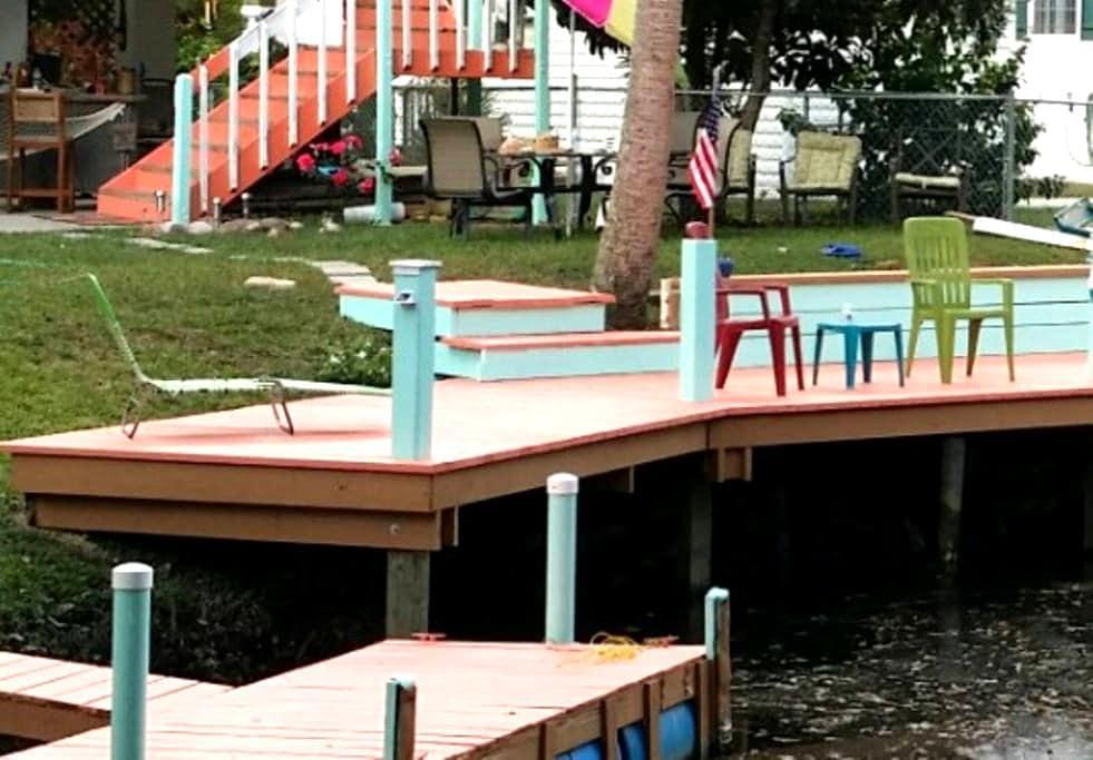 Tropical Corner Retreat on water - Weeki Wachee