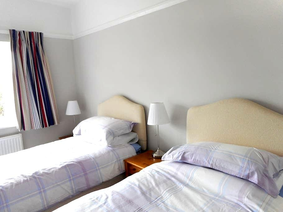 Comfortable twin room in lovely area - Meols - Bed & Breakfast