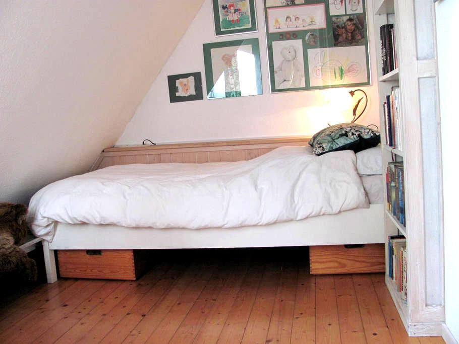 Ruhiges Zimmer im Einfamilienhaus, großer Garten - Langenhagen - บ้าน