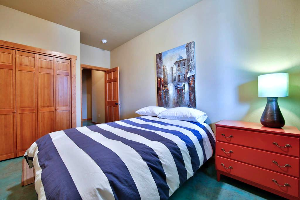 Comfy 2p bed and bathroom near Yellowstone Big Sky - 빅스카이(Big Sky)
