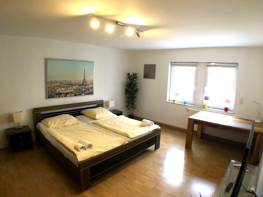 Zimmer mitten in Stuttgart (Paris-Style) - Estugarda - Apartamento