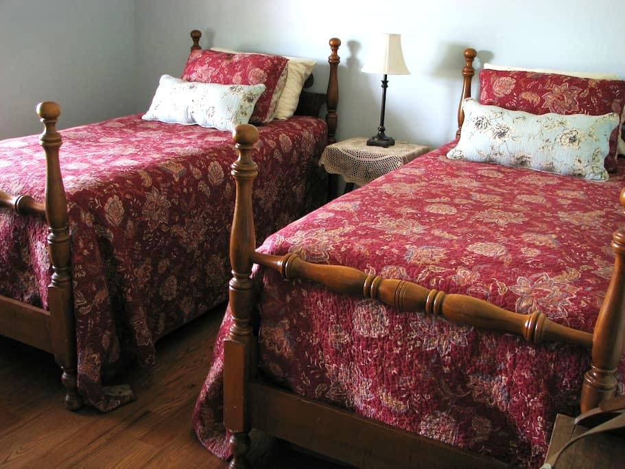 Comfy Room with a View at The Farmette - Nicholasville - Ev