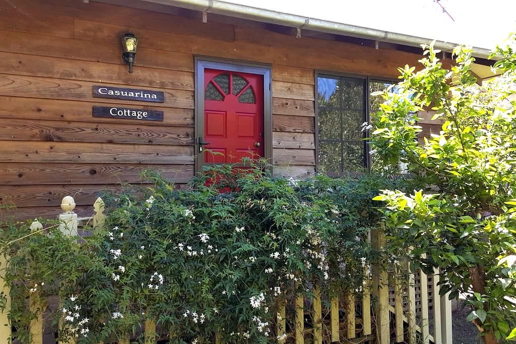 Casuarina B&B Cottage - walk to town-great views. - Bellingen - Huis