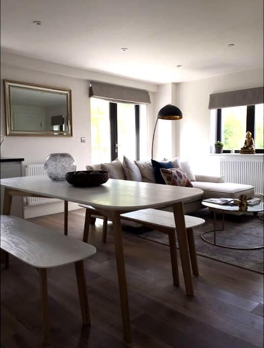 Stunning Penthouse with Balcony - Epsom  - Daire