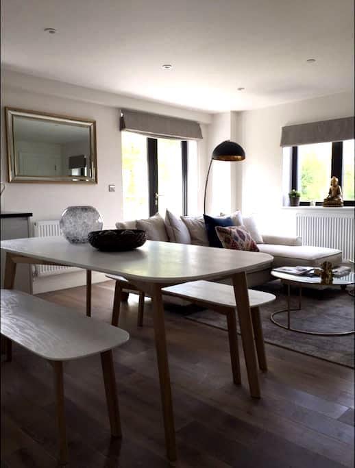 Stunning Penthouse with Balcony - Epsom  - Apartamento