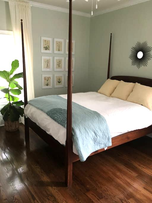 Private bedroom and bath in heart of Davidson - Davidson - Hus