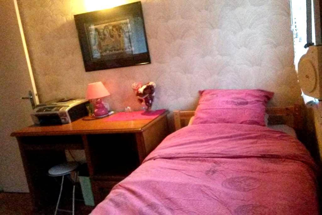 Une petite chambre confortable - Hayange - Casa