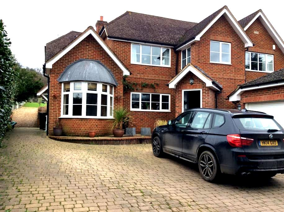 Family home backing onto forest - Hartley Wintney - House