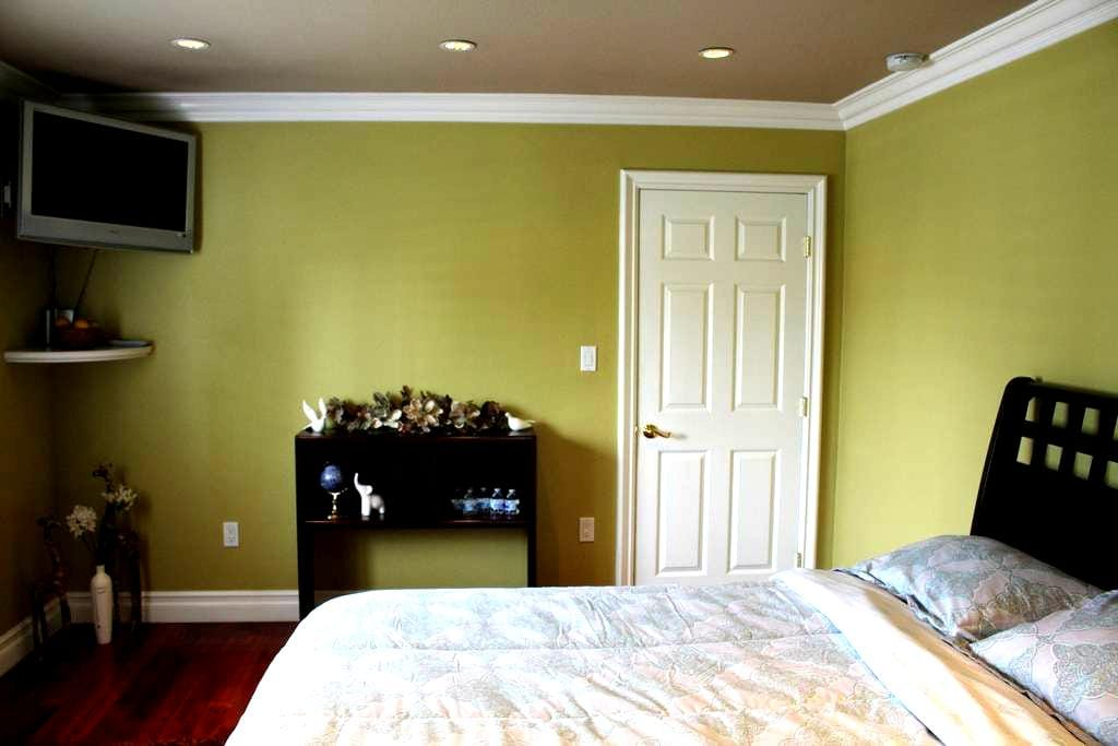 Beautiful private bedroom minutes away from LAX. - Inglewood - Casa