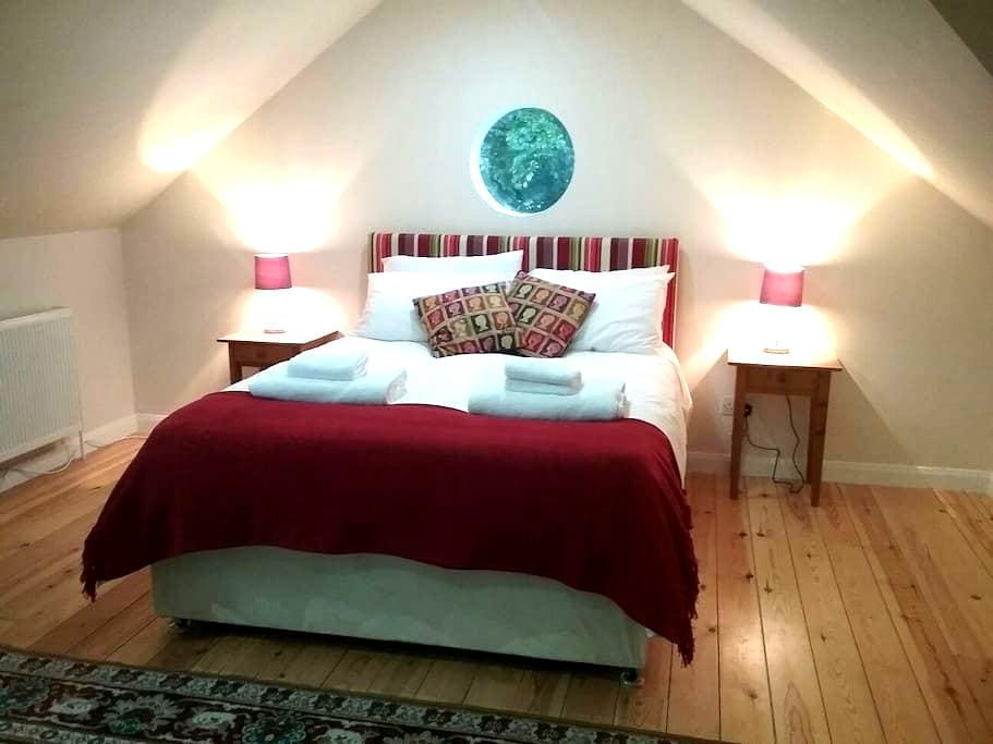 Large room, ensuite, breakfast, family friendly! - Bath - Haus