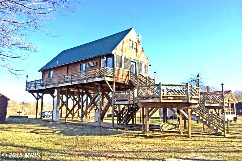 Riverfront Cabin, Mountain Views - Luray