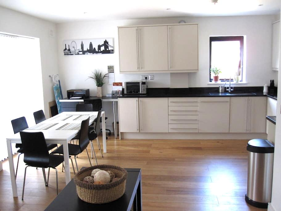 Spacious 2 bed 2 bath apartment - Buckhurst Hill - Apartamento