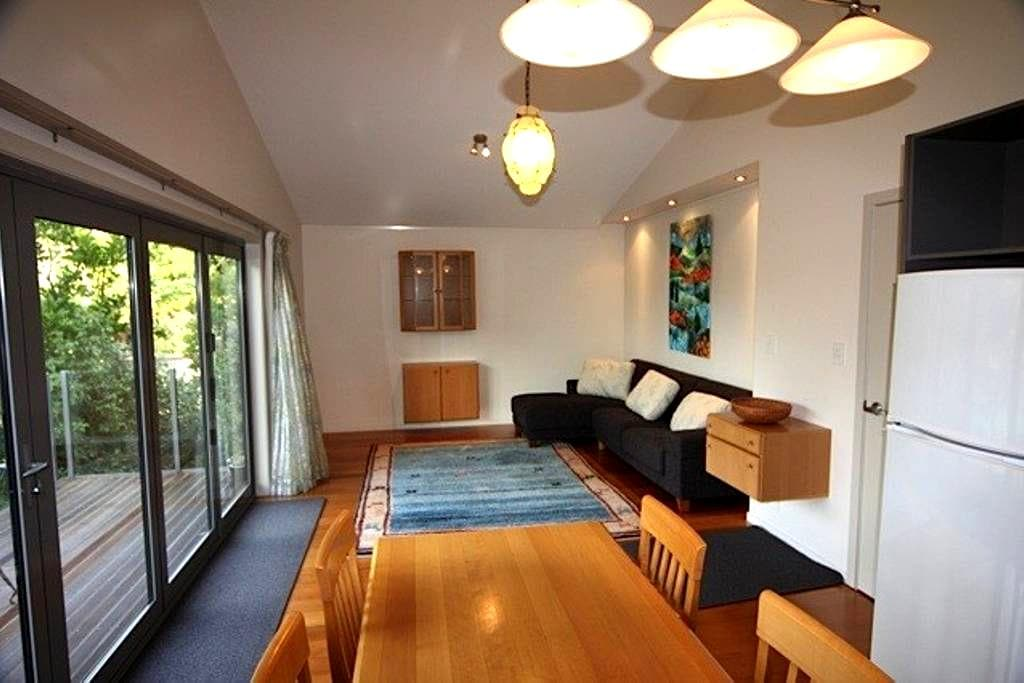 Modern apartment, bush setting, in center of town - New Plymouth - Apartemen