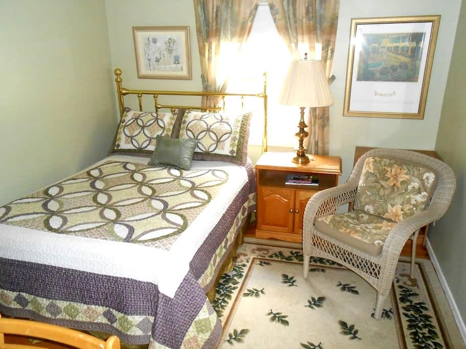 Nice Suburb,smaller of two rooms - Pittsford - Casa