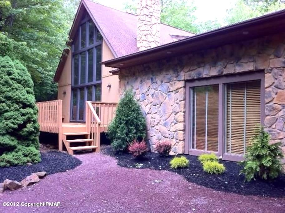 6BR Chalet in Poconos, right near Skiing + Lakes! - Blakeslee - Huis