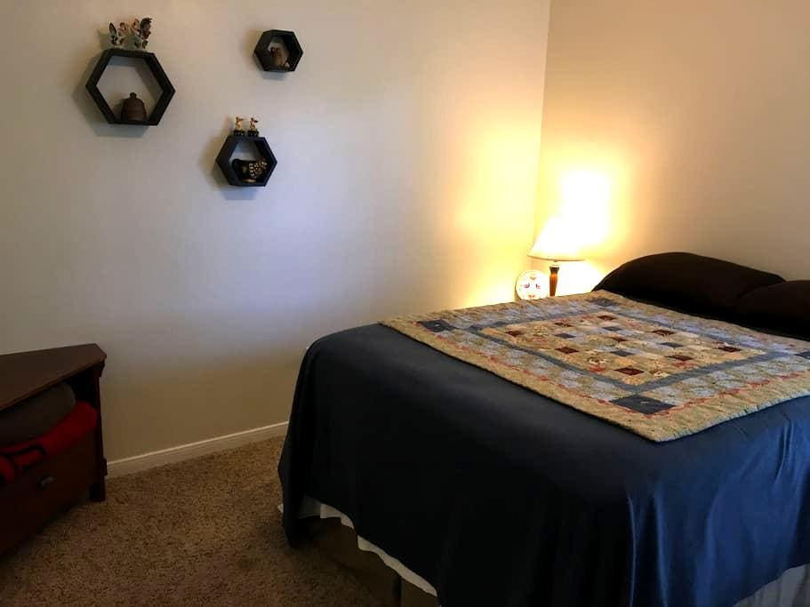 Comfy room and bed with full private bath - College Station - Rumah