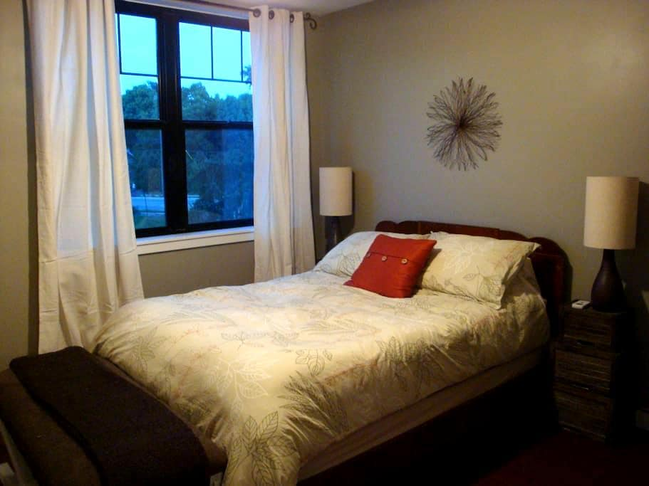 Pet Friendly Urban Oasis, near Big House 1-4 Guest - Ann Arbor - Ev