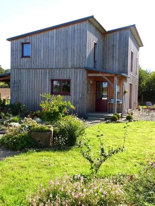 maison en bois dans un jardin - La Godefroy