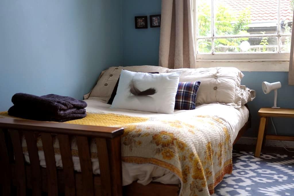 Cozy little room and Breakfast, new bed!!! - Auckland - Ház