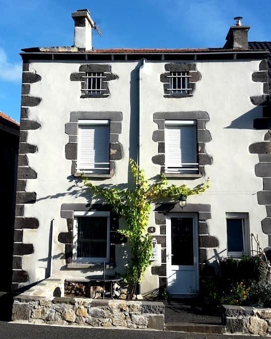 Petite maison de pays au coeur des volcans - Saint-Gènes-Champanelle - Huis