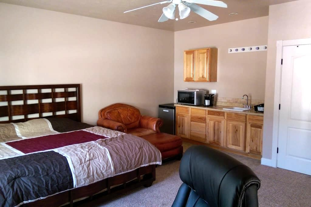 Private Guesthouse Suite, King Bed, Saint George - St. George