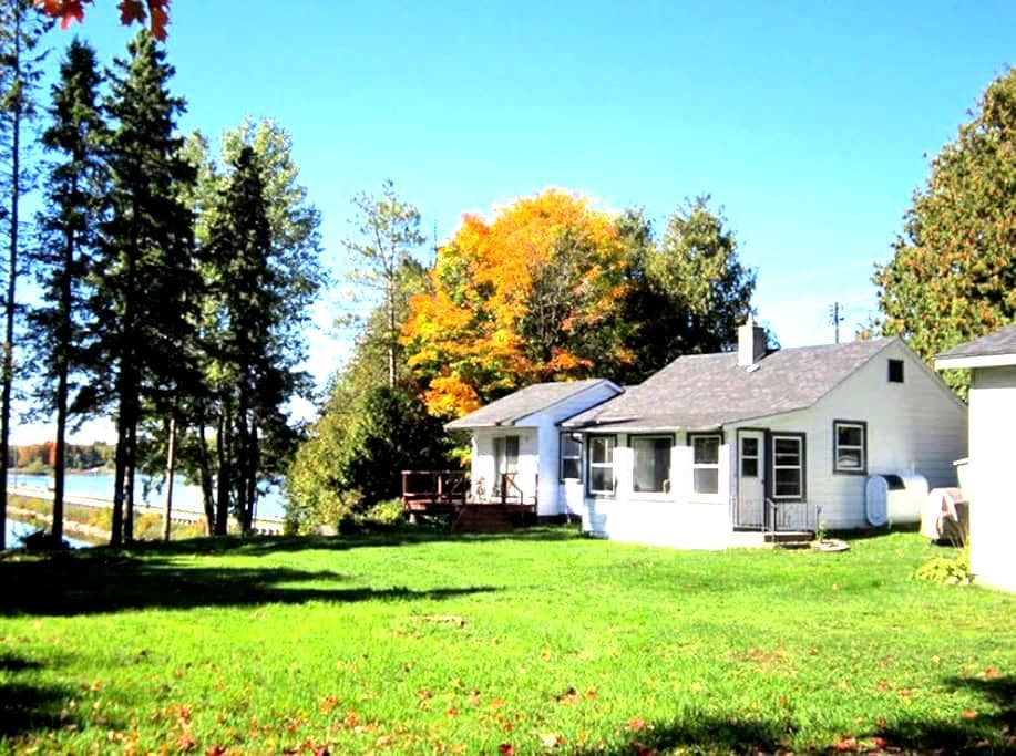 Waterfront Cottage on Eugenia Lake - Flesherton - Cabaña