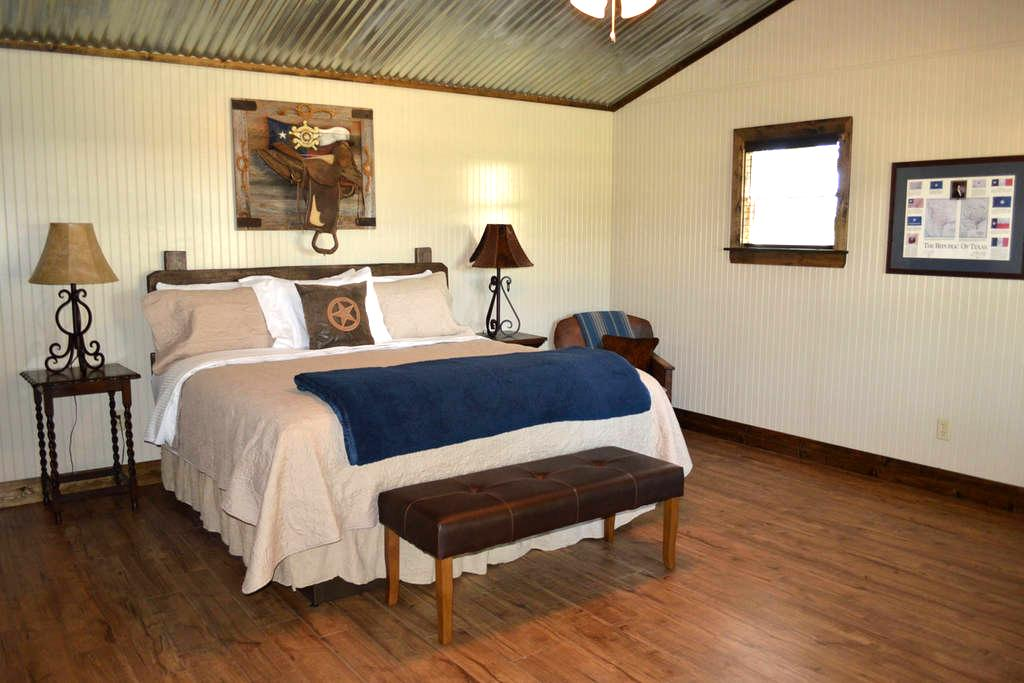Texas Pride @ Vineyard Trail Cottages - Fredericksburg - Chatka