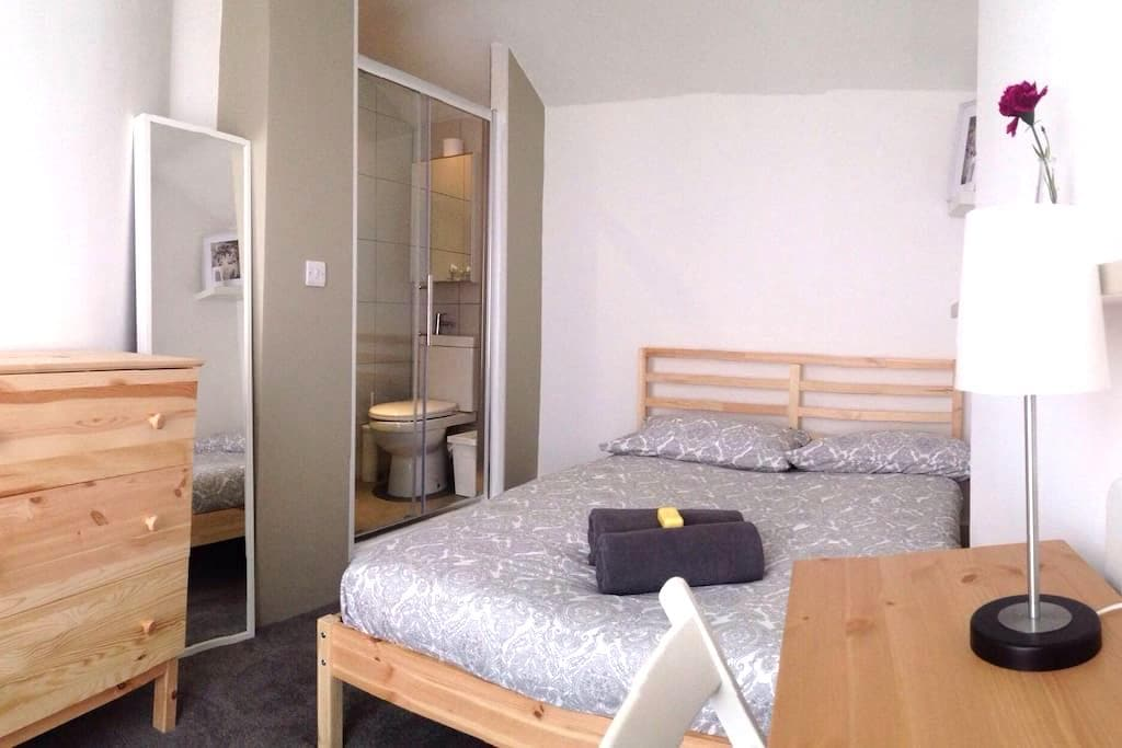 Friendly House/Bedsit Room/Private toilet & shower - Lontoo - Talo