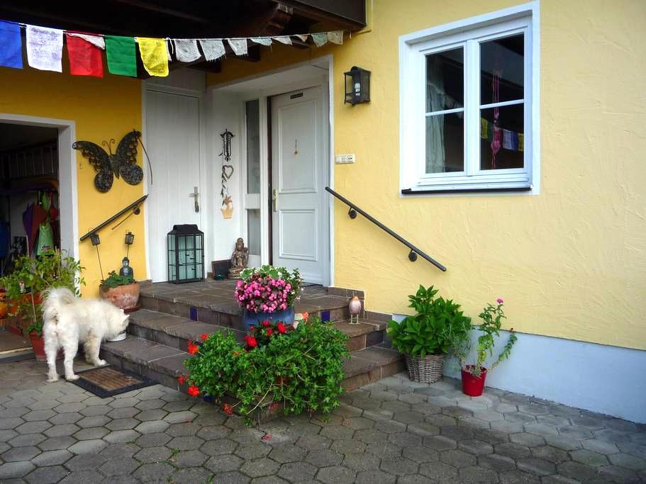Lebendiges Familenhaus mit kl. Einliegerwohnung - Essenbach - Σπίτι