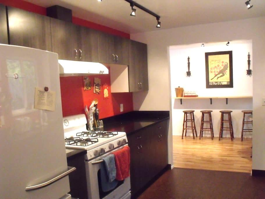 Snazzy 2 Bdr! Kitschy, cool,comfy! - Lake Forest Park - Casa