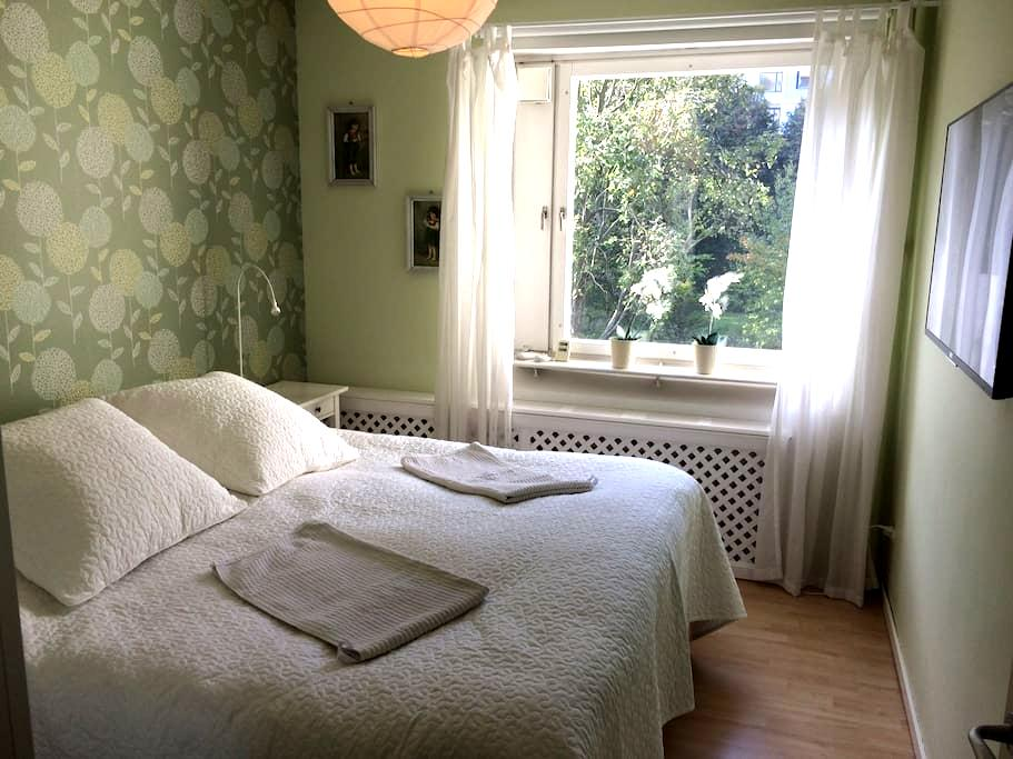 Bright, comfortable place,10 min to Stockholm city - Solna - Appartamento
