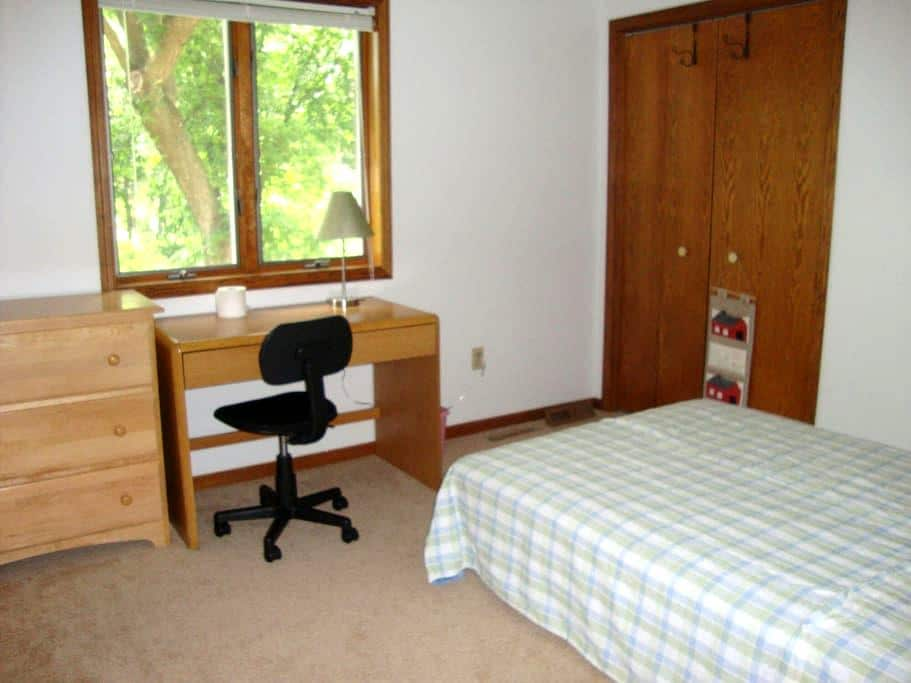 Room open in warm house - Roseville - Ev