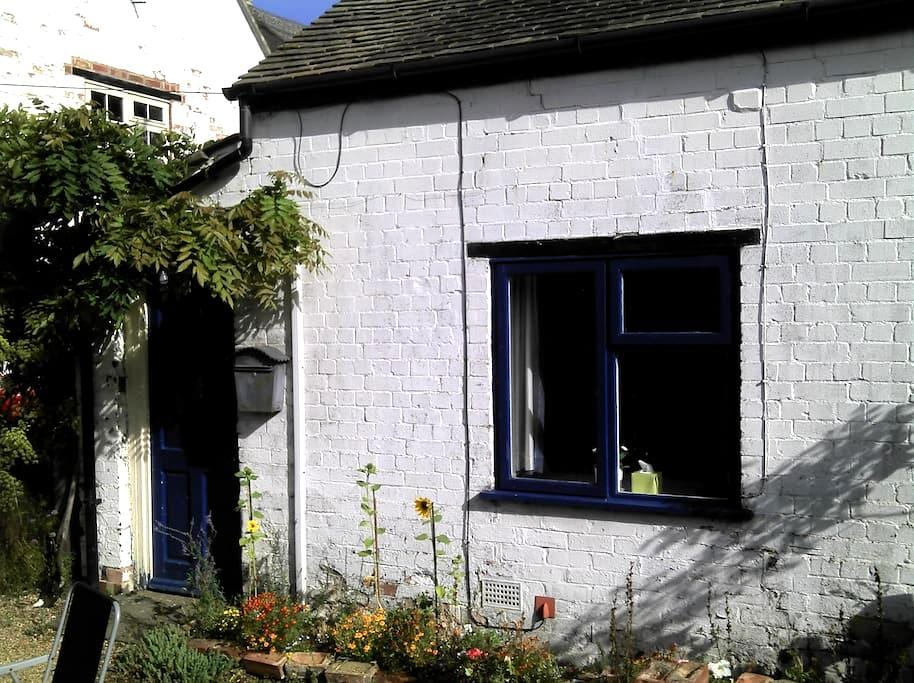 Self-catering granny annex bedsit - Braunston - Inny