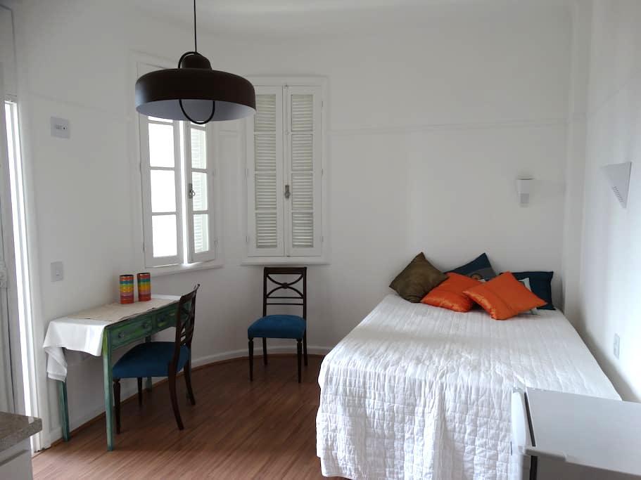 Apartamento com pequena varanda e vista do Aterro - Rio de Janeiro - Apartment
