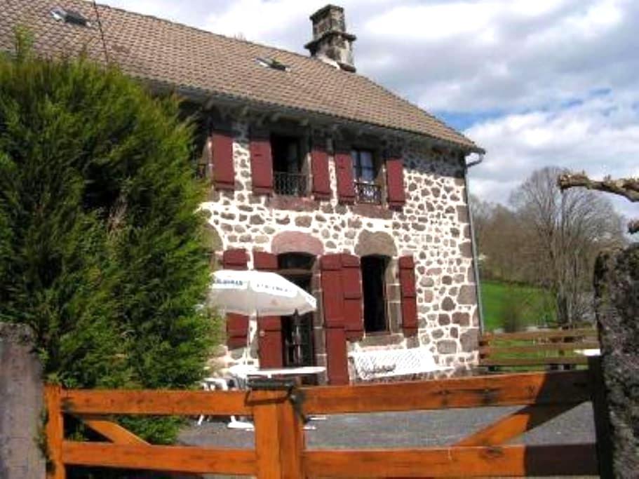 Maison typique au pays de Salers - Saint-Martin-Valmeroux - House