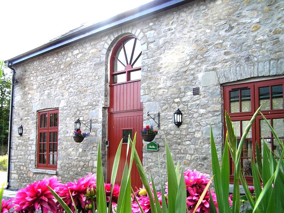 Merlin Stable Cottage with hot tub - Cynghordy