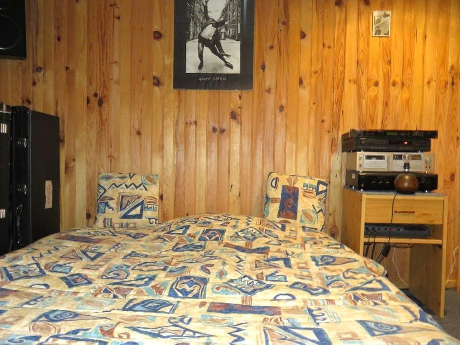 Chambre indépendante en sous-sol avec douche et WC - Cravanche - Casa