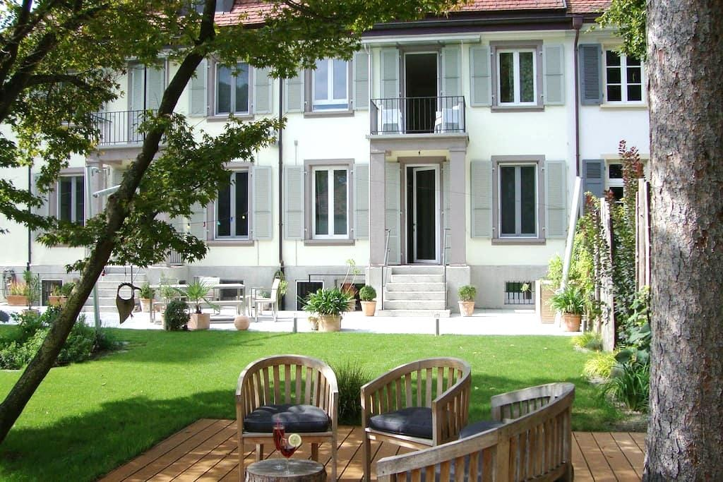 Double room in a beautiful townhouse, garden view - Basel - Bed & Breakfast