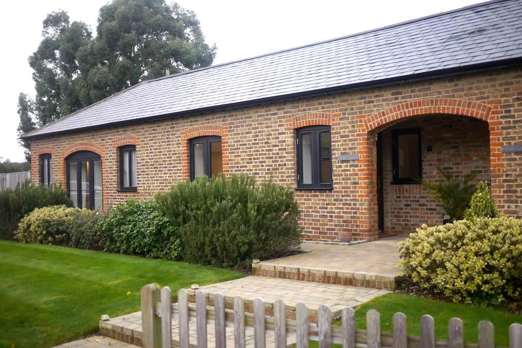 Quiet cottage near station - Merstham - Bungalow