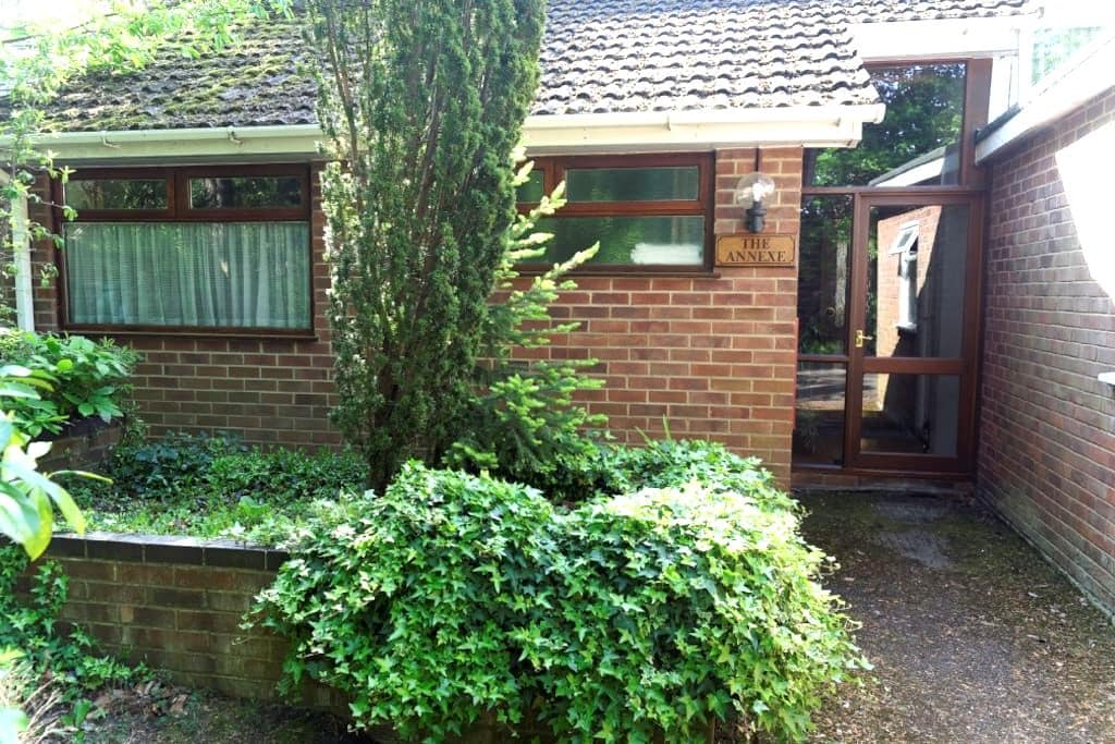 Quiet self-contained annexe - Camberley - House