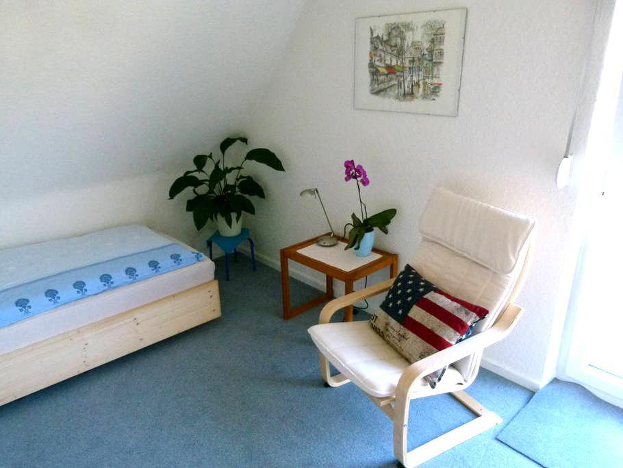 Zimmer in Messenähe, 10 Min zu Fuß - Hannover - บ้าน