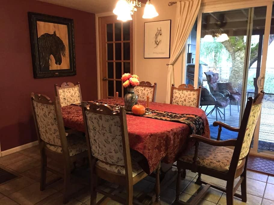 Country Close to City, Queen Room - Junction City - Casa