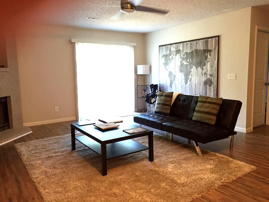 Quiet, clean 2br close to UA & I-49 - Fayetteville - Casa