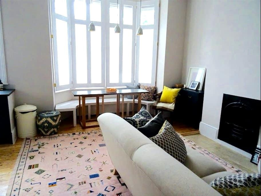 Spacious one bedroom apartment Queens Park - London - Lägenhet