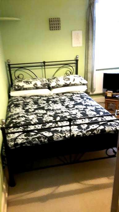 Double bedroom [2] in Salisbury city centre. - Salisbury